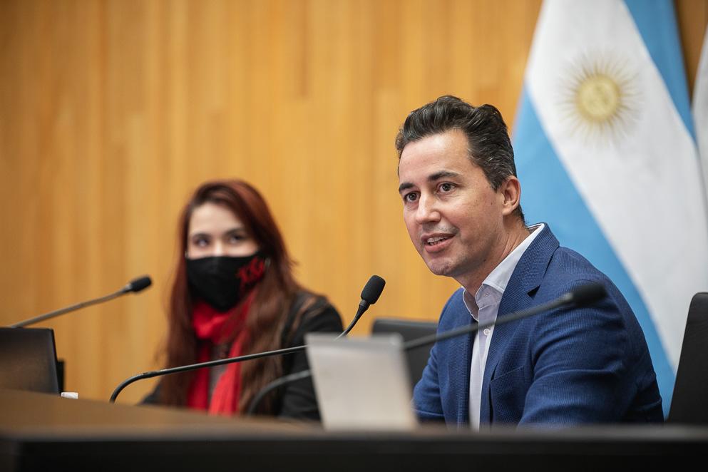 Manuel Calvo alentó a estudiantes a involucrarse en la vida política